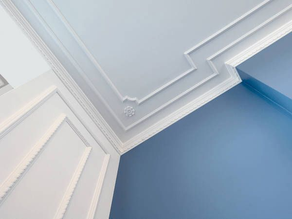 Molding With Corners For Wall And Ceiling With Clean Line Design