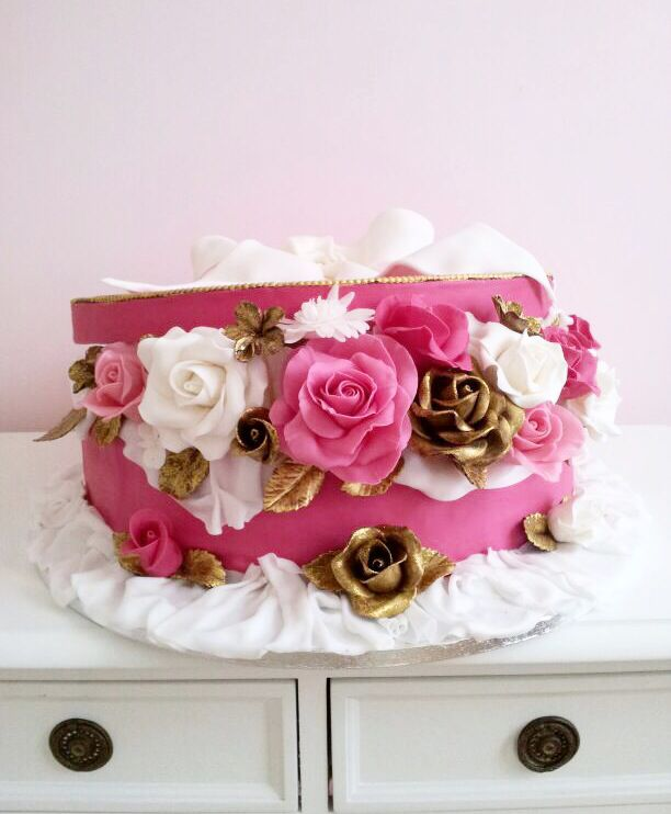 Chic cake with roses in sugar #roses #cake #hotpink #gold #box #bow www.lallabycakes.blogspot.it