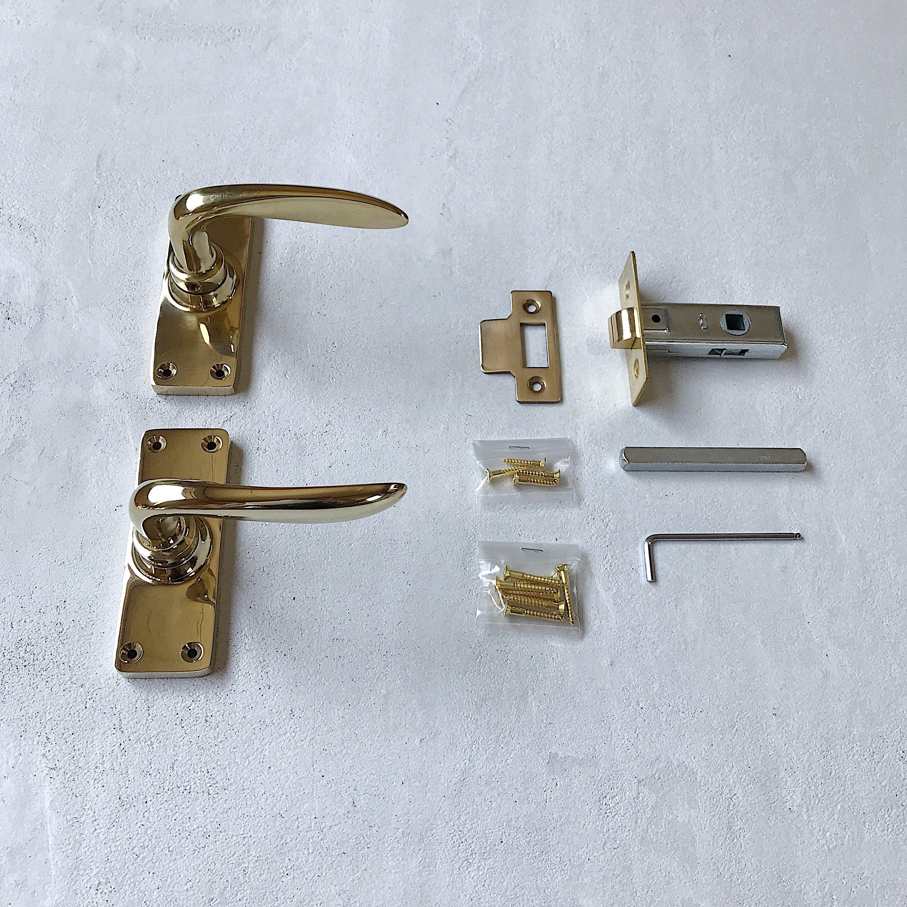 イギリスのハンドルをモチーフにした真鍮製のレバーハンドル 美しい曲線のレバーは台座とともにそれぞれ丁寧に鋳造して作られています そのなめらかに仕上げられた表面は手触りも良く ずっしりとした重厚感は一般的な真鍮金物にはない存在感があります またレバー