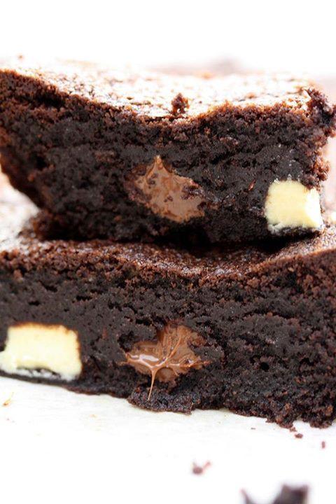Pour passer un bon Desserts, nous vous proposons une recette de BROWNIES AUX 3 CHOCOLATS . recette de cuisine, facile et rapide, par Les gourmands mediterraneens