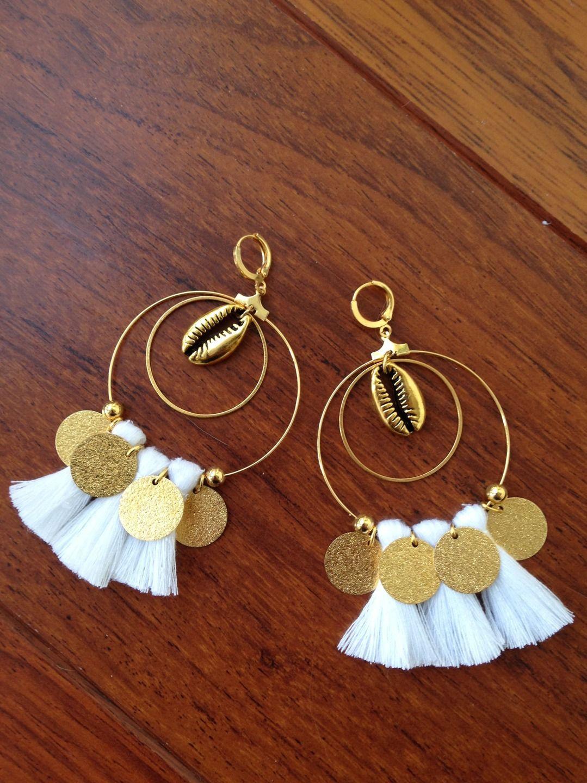 boucles d'oreilles pompons blancs et sequins dorés : boucles d