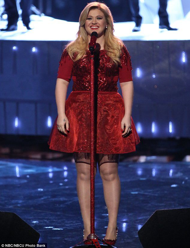 Pregnant Kelly Clarkson glitters in red dress to perform on The ...