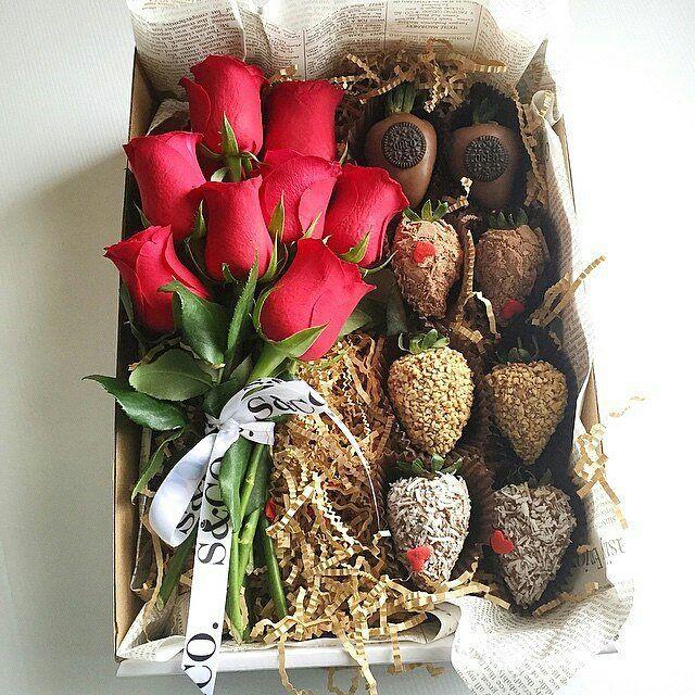 Essa ideia é maravilhosa para você presentear as madrinhas e os padrinhos do seu casamento. Lindo delicado e delicioso. Imagem @strawberriesandco_      #festejarcomamor #noivado #bodas #miniwedding #weddingday #weddingideas #casamento #ideiasdecasamento #noivas #decoracaodecasamento #bridetobe #bride #conviteparamadrinhas #lembrancaparamadrinhas #parapadrinhos #paranoivas #bridal #bridalstyle #bridalfashion #instagood #instabride #instalove #Alamango #Bridal #Textiles #Wedding…