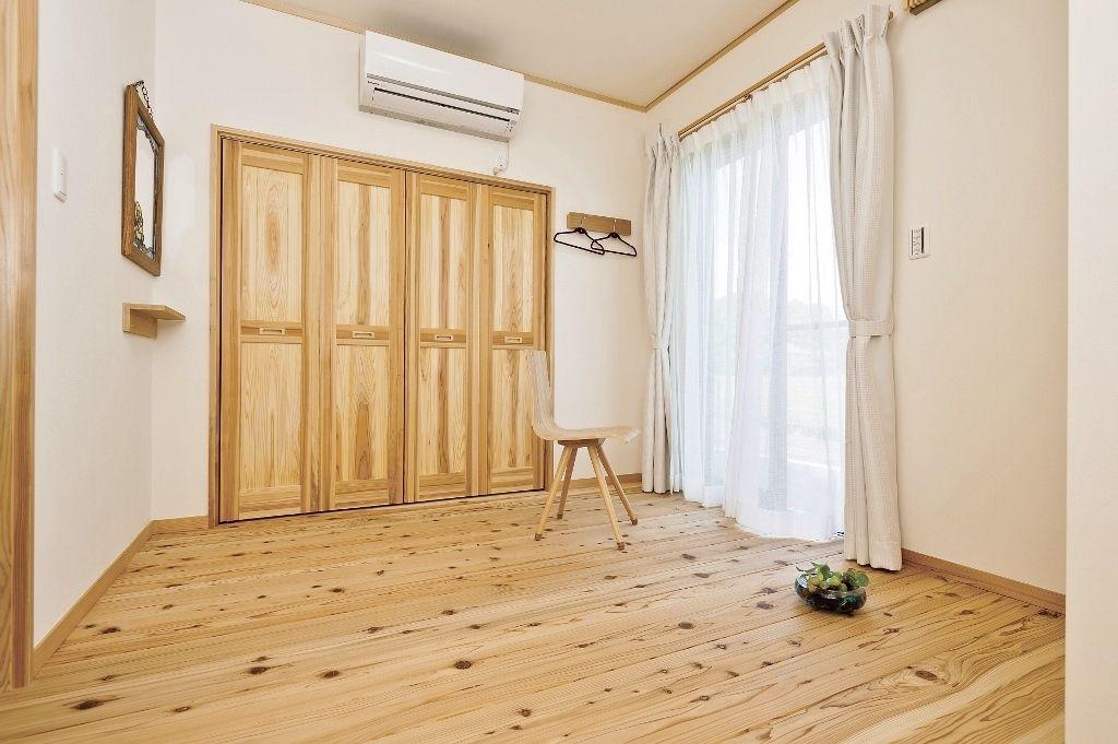 無垢材に囲まれ 窓からは爽やかな風が入る 森林浴 の出来る部屋