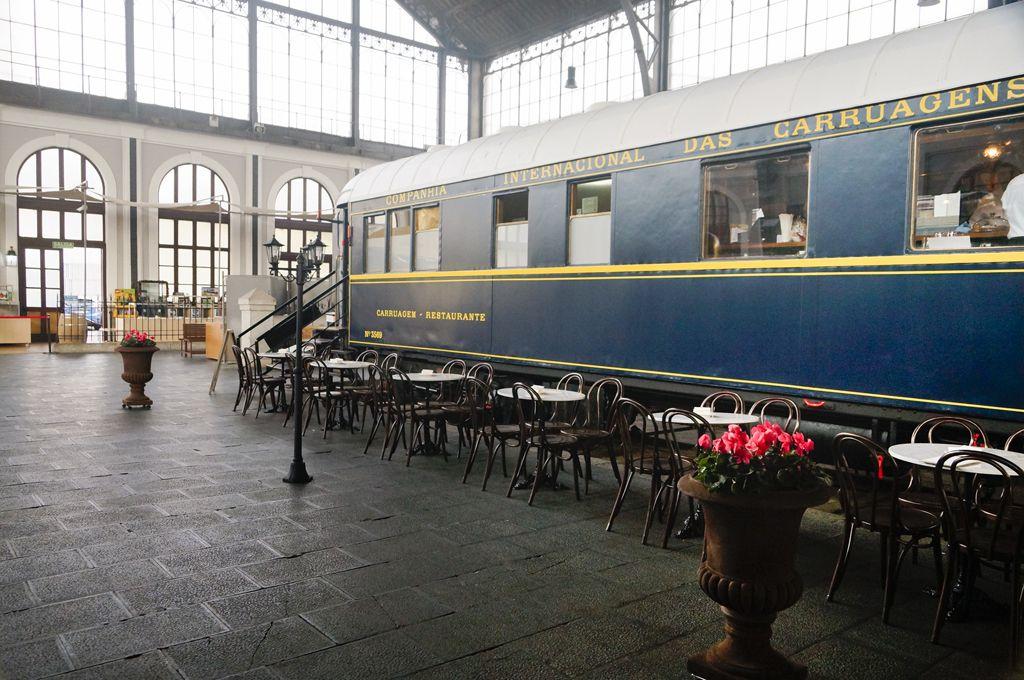 Preparando Un Evento Temático Vintage En Gastrorail Un Restaurante Ubicado En Un Coche Antiguo De Tren En El Museo Del Ferroca Estacion De Tren Tren Museos