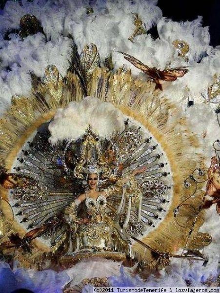 """Reina del Carnaval de Santa Cruz de Tenerife 2011 Naomi Cabrera Pulido luce la fantasía """"Cien años de historia"""" diseñada por Leo Martínez y representando al Periódico El Día"""