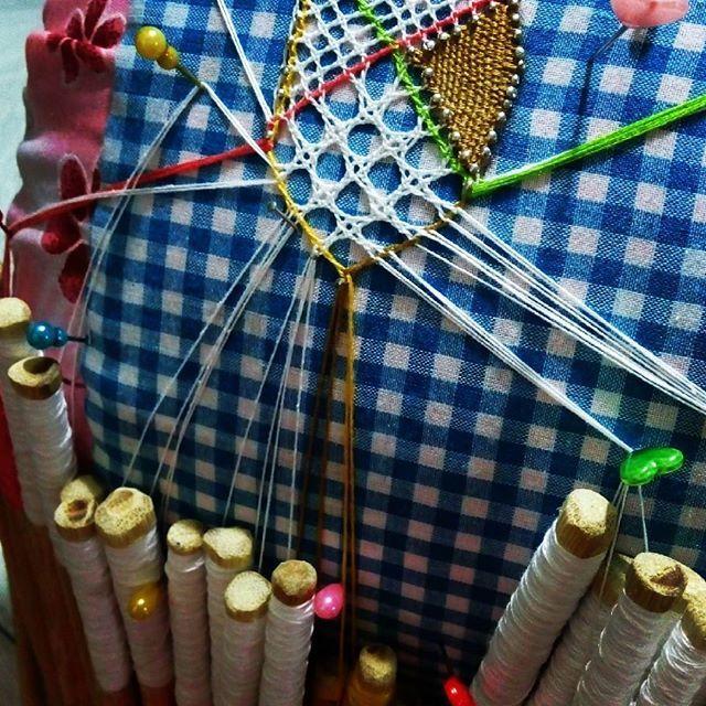 Sabias que a este tejido se le llama ojitos de muñeca. #Mundillando ando #melindre #pollerapanameña #panama #handmade #artesanos