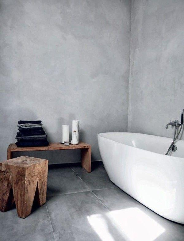 Badkamer wit bad grijze beton muur houten kruk bank - sdb ...