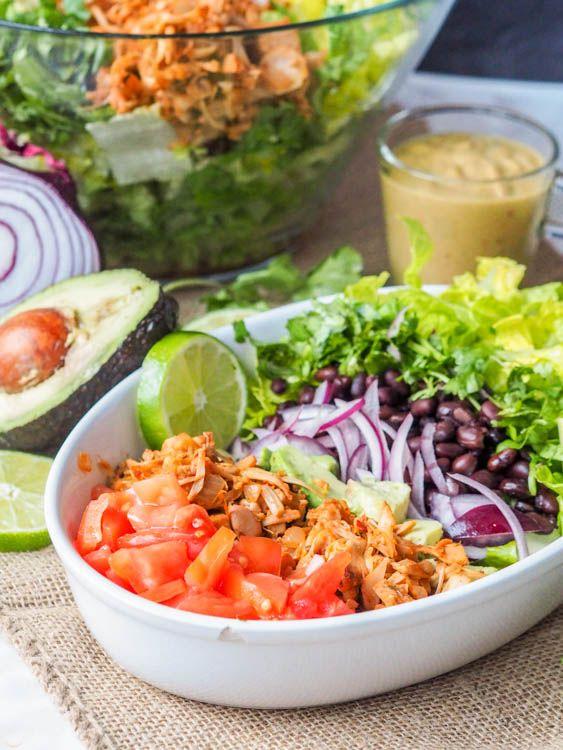 Eine super füllende vegane und glutenfreie gesunde und nahrhafte Salat.  Statt der traditionellen Schweinefleisch gezogen, erfordert dieses Rezept zerkleinerte Jackfruit, die eine perfekte pflanzliche Ersatz macht.  Dieser Salat ist voll von Vitaminen und Nährstoffen mit Romaine, Tomaten, roten Zwiebeln, Avocado, schwarzen Bohnen und einem superreichen und cremigen Avocado-Kalk basiert Dressing verpackt.