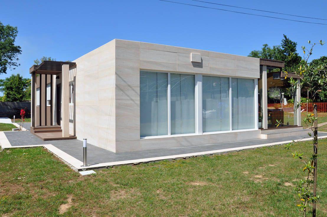 Exterior de una casa de 100 metros cuadrados. Ventanal en el salón comedor. : Casas modernas de Casas Cube