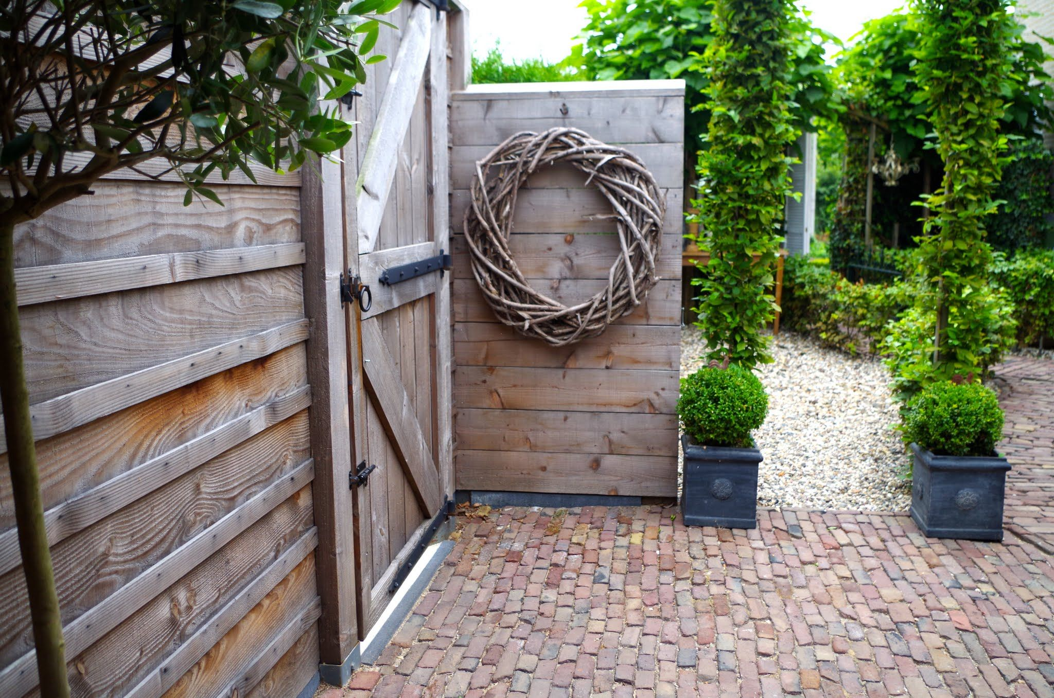 Binnenkijken bij alien en herman cheap fence ideas gardens and fences