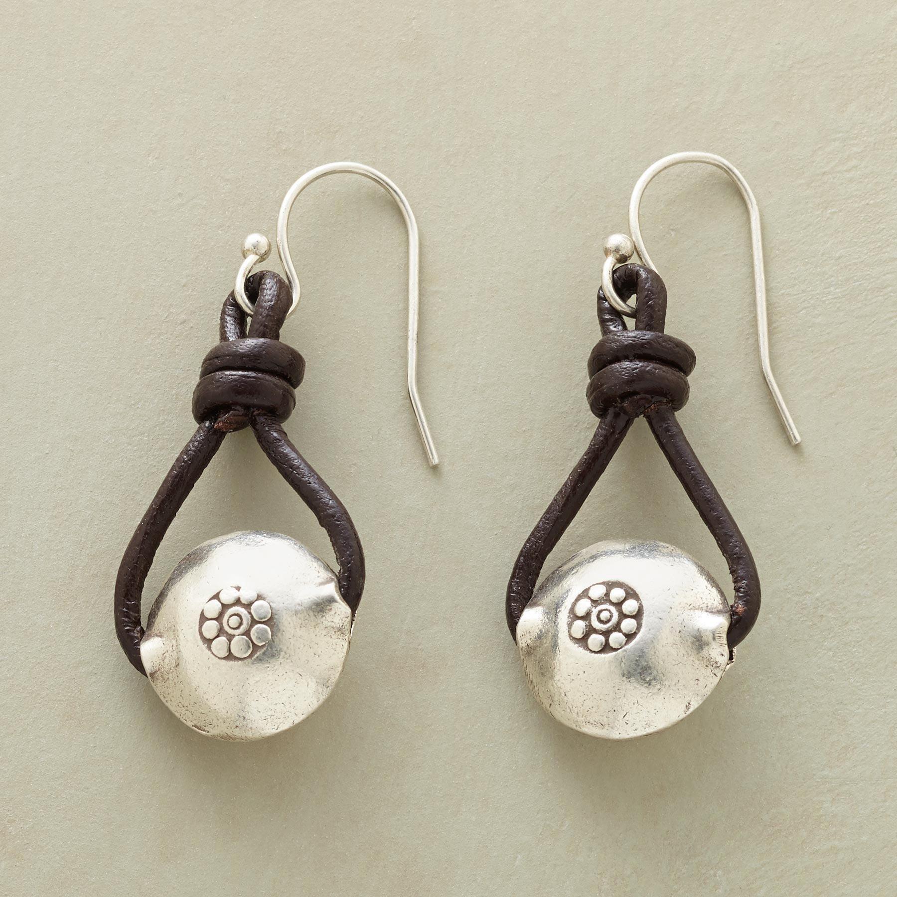 nya bilder av kostar charm nya bilder av Denim's best pal earrings | Örhängen och Smycken