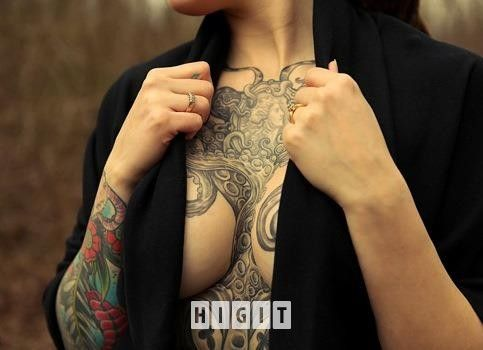 Tatuaże Czarno Biały Kobieta Kolorowy Na Klatce