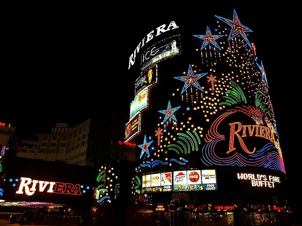 Shot Of The Riviera Hotel And Casino At Night In Las Vegas Las Vegas Grand Canyon Best Hotels In Vegas Strip Hotel