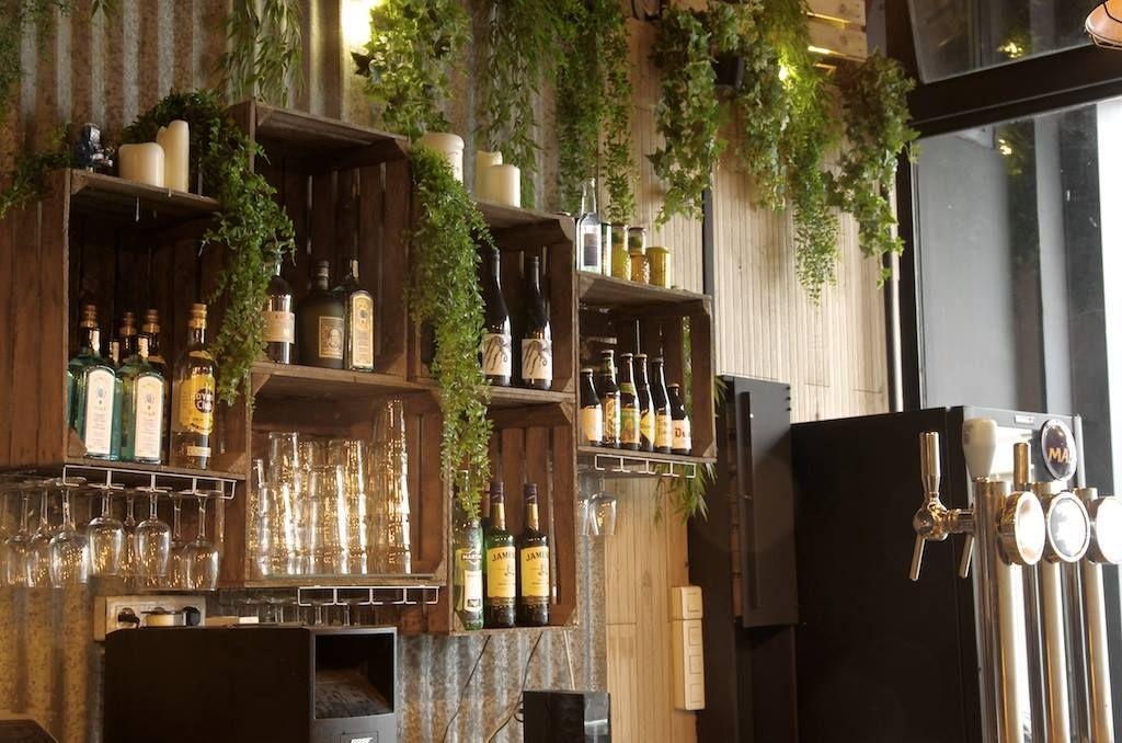 mur en t le etag res en caisse de vin sophomore bar. Black Bedroom Furniture Sets. Home Design Ideas