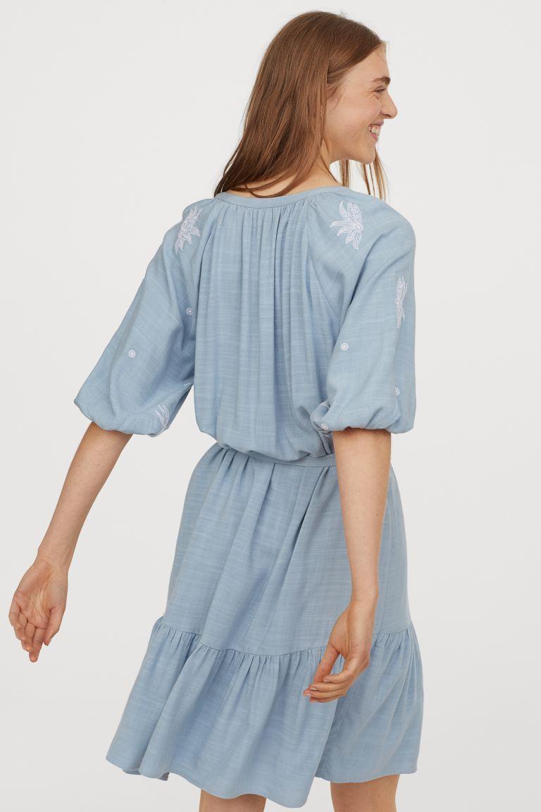 Kleid mit Stickereien - Hellblau - Ladies | H&M DE in 2020 ...