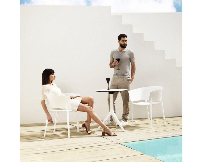 Der Africa Armlehnstuhl des Designers Eugeni Quitllet schmeichelt dem Auge mit seinen fließenden Formen. Hersteller Vondom hat mit diesem Outdoor Sitzmöbel einen Armlehnstuhl im Programm, der das Zeug zum Klassiker hat. Der Fiberglas verstärkte Kunststoff aus dem dieser Stuhl besteht ist so stabil, dass man aus ihm sehr filigrane Formen pressen kann. Langlebig und wetterfest bereitet dieser Stuhl dauerhaft Freude im Garten oder auf der Terasse.Der Stuhl ist stapelbar.Besonderheiten- filigrane Gestaltung- stapelbar- Africa Kollektion- entworfen von Eugeni Quitllet- auswählbar in verschiedenen Farben