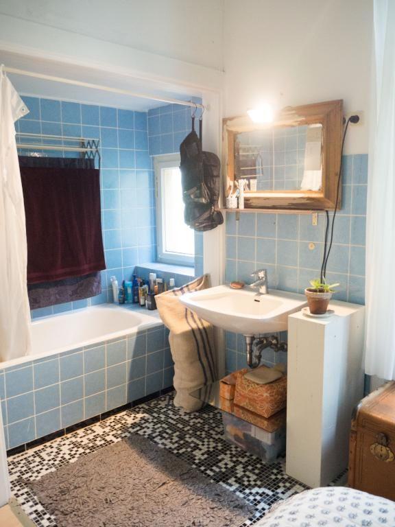 Bad mit Badewanne und blauen Fliesen. #Bad #Badezimmer #Einrichtung ...