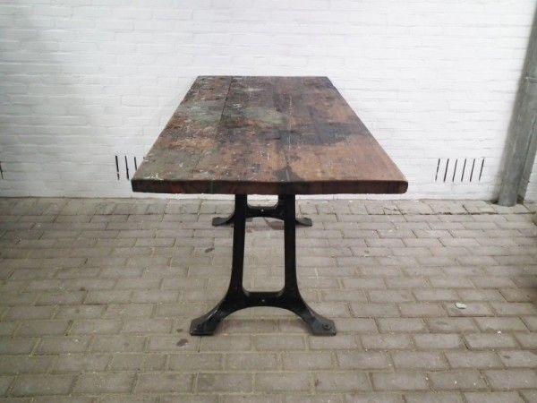 Industriele eetkamer tafel zwarte gietijzeren onderstel met grenen blad van oude werkbank 1 - Tafel eetkamer industriele ...