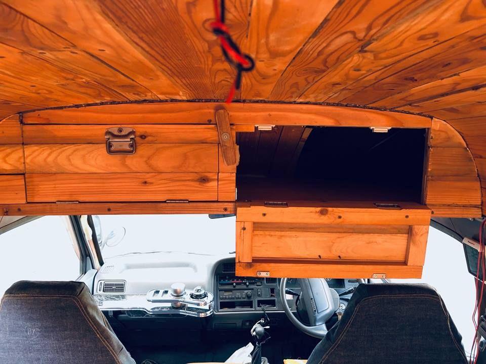 運転席上部は小物入れ ハイエース 小物入れ キャンピングカー
