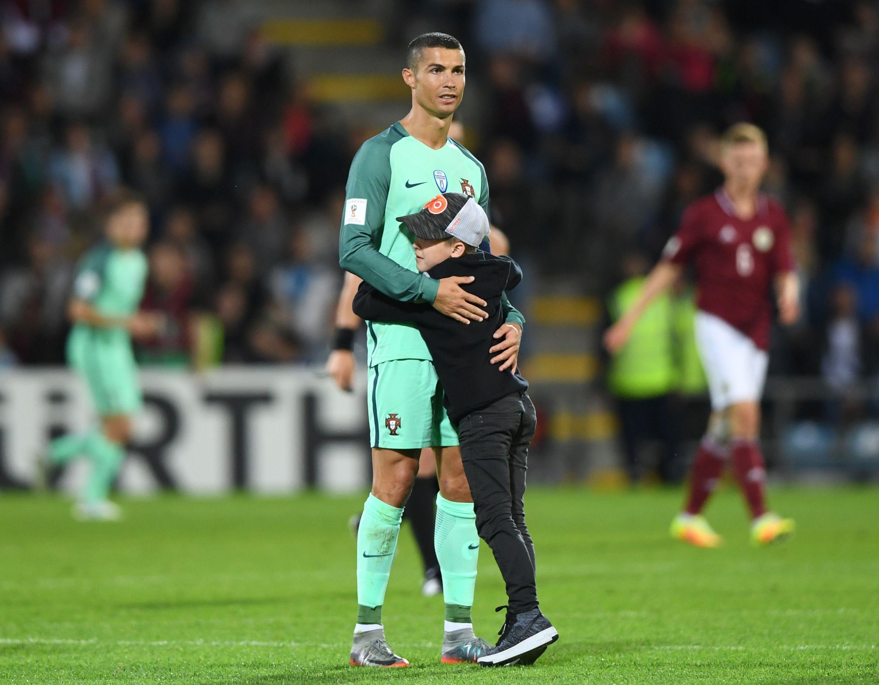 Uol Esporte Cristiano Ronaldo Tem Atitude Carinhosa Com Crianca Que Invadiu Jogo De Portugal Cristiano Ronaldo Ronaldo Imagens De Futebol