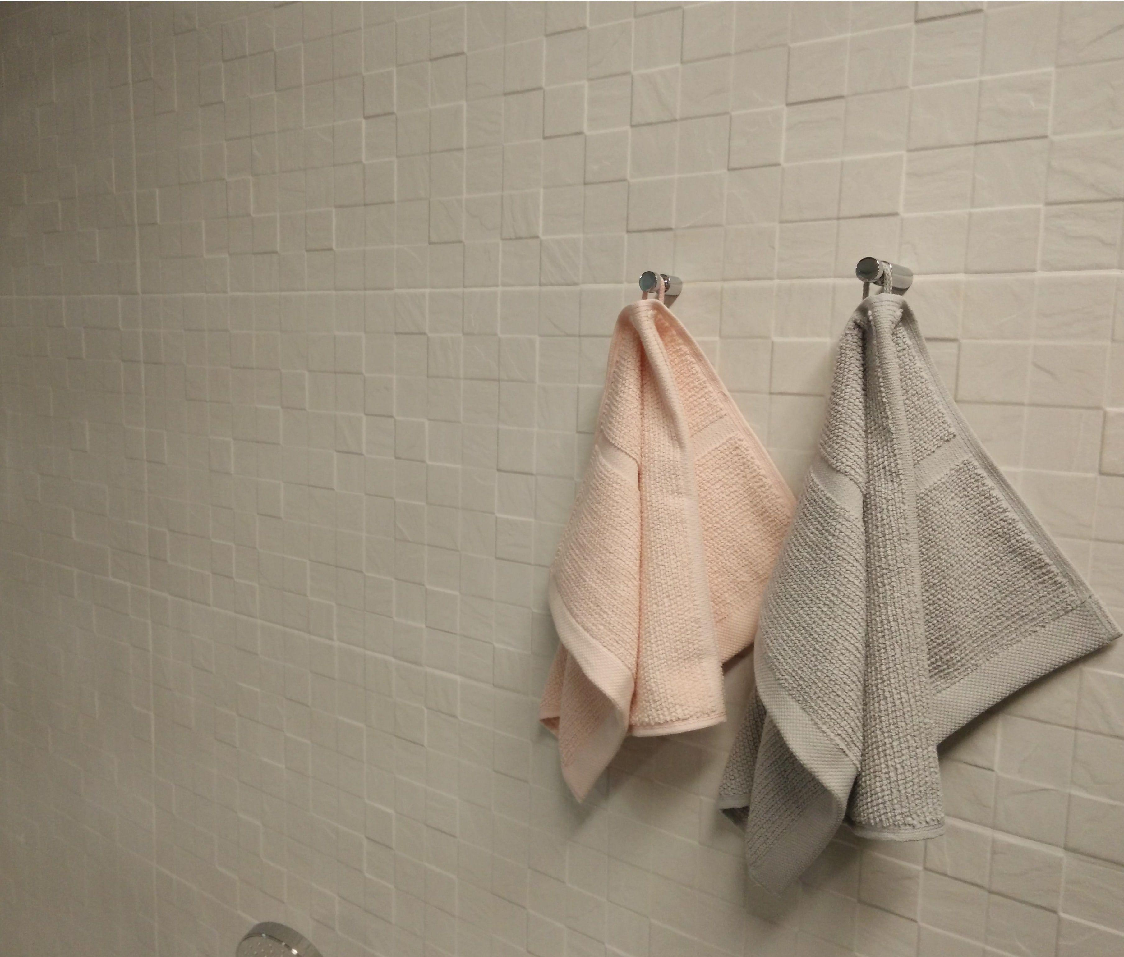 Leuke grote witte wandtegels voor de badkamer met reliëf! | Badkamer ...