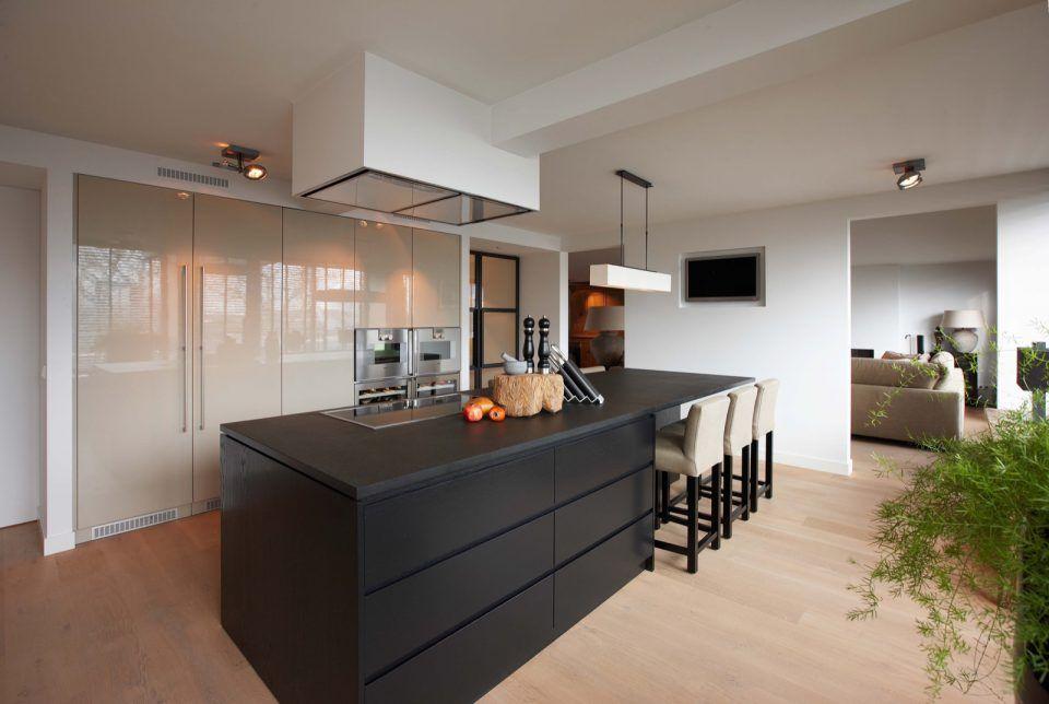 Moderne keuken met keukeneiland en bar keukens