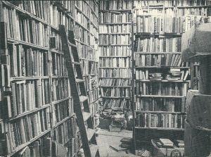 Het interieur van De Kloof op een oude ansichtkaart met zo'n 150.000 boeken.