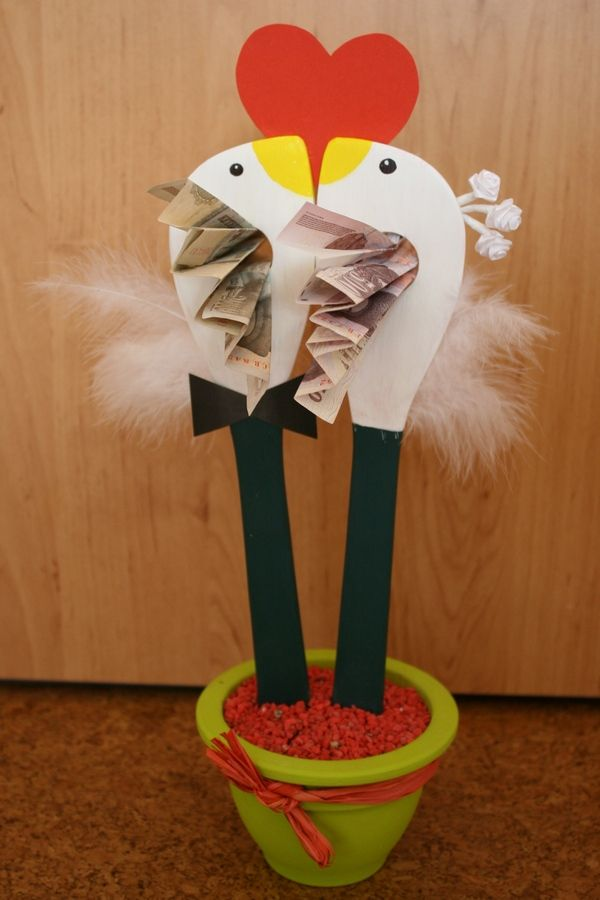 Turbékoló galambpár viszi az ajándékba szánt pénzt a jegyespárnak.