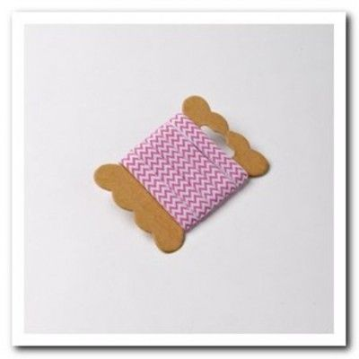 Ruban à chevrons de couleur fuchsia pour nouer vos contenants, agrémenter vos serviettes ou vos verres.