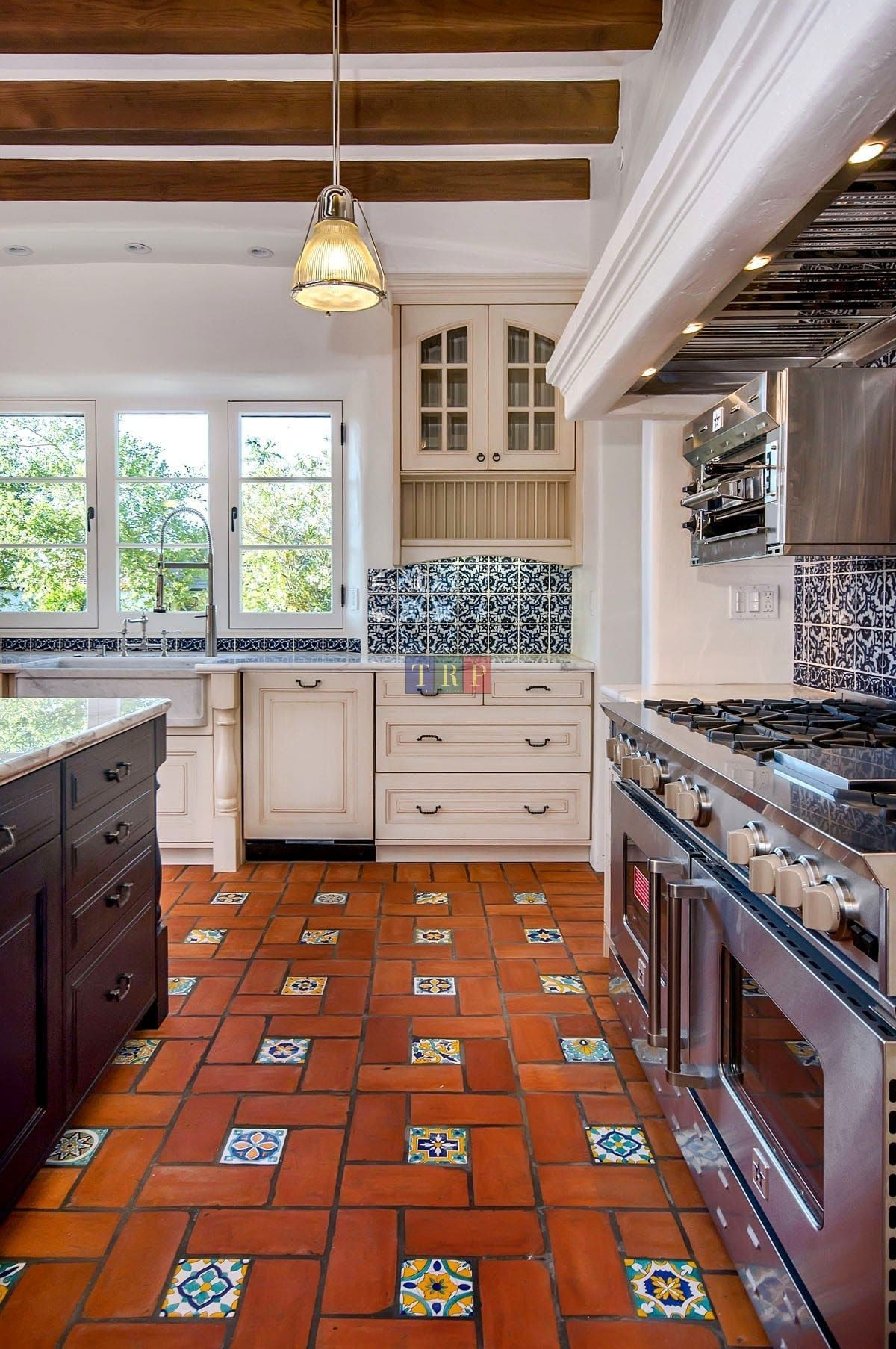 30 Kitchen Floor Tile Ideas Best Of Remodeling Kitchen Tiles In Modern Retro And Vintage Style Spanish Style Kitchen Kitchen Design Styles Kitchen Style