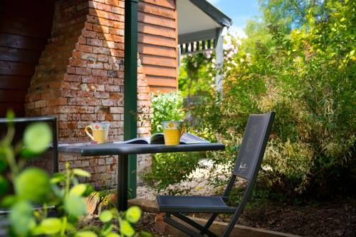 Fortuna Cottage Daylesford Surrounded by a beautiful garden with colorful autumn flowers, this one-bedroom cottage offers a seating area with a fireplace to use on cool nights. Free WiFi is included.