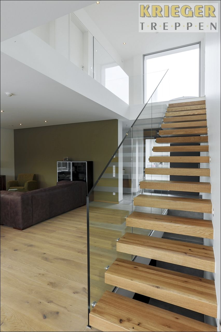 ein besonderes designelement holztreppe mit glasgel nder treppe pinterest treppe. Black Bedroom Furniture Sets. Home Design Ideas
