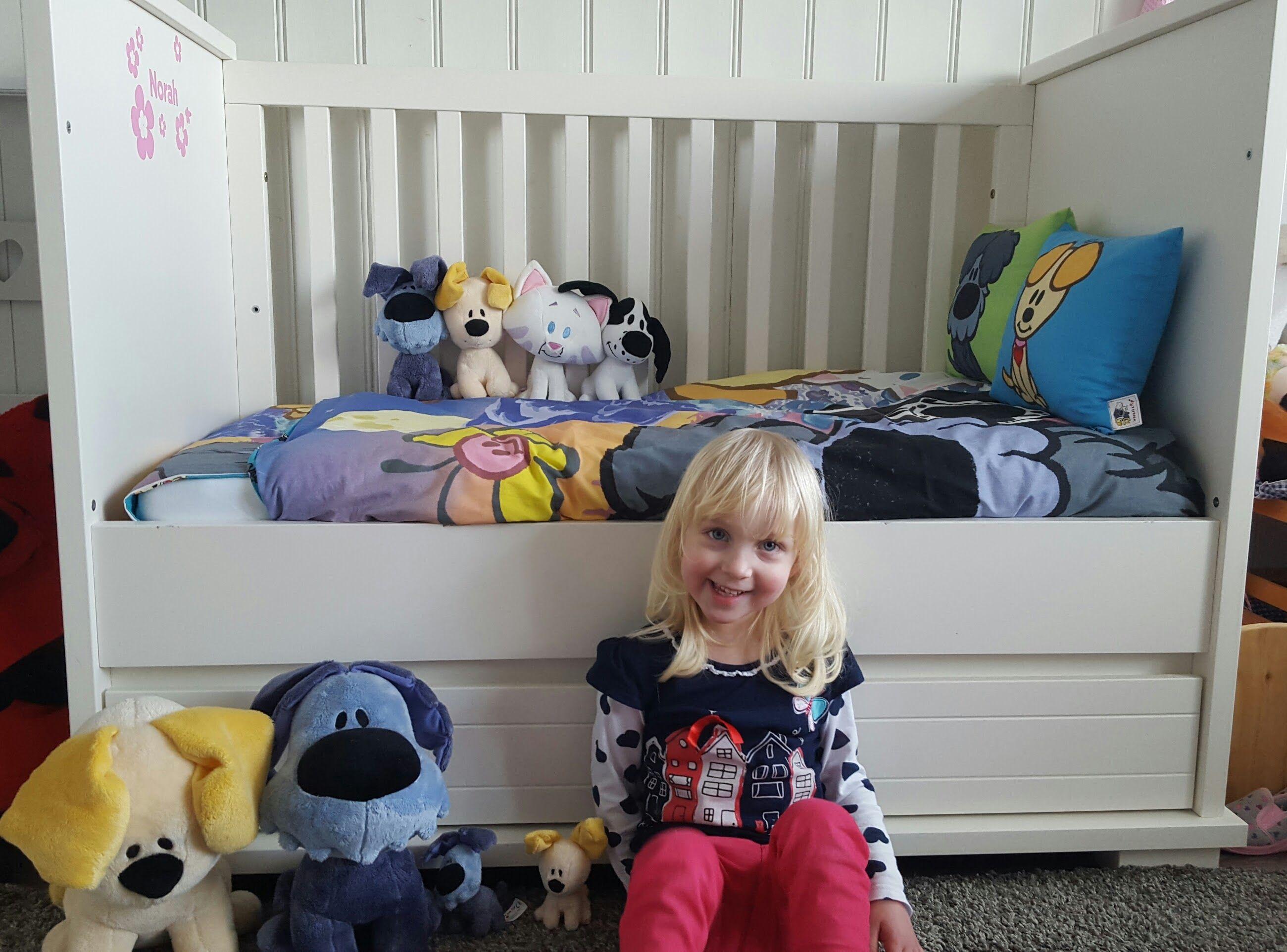 Vriendinnetje Norah bij haar bed met Woezel & Pip dekbed en knuffels
