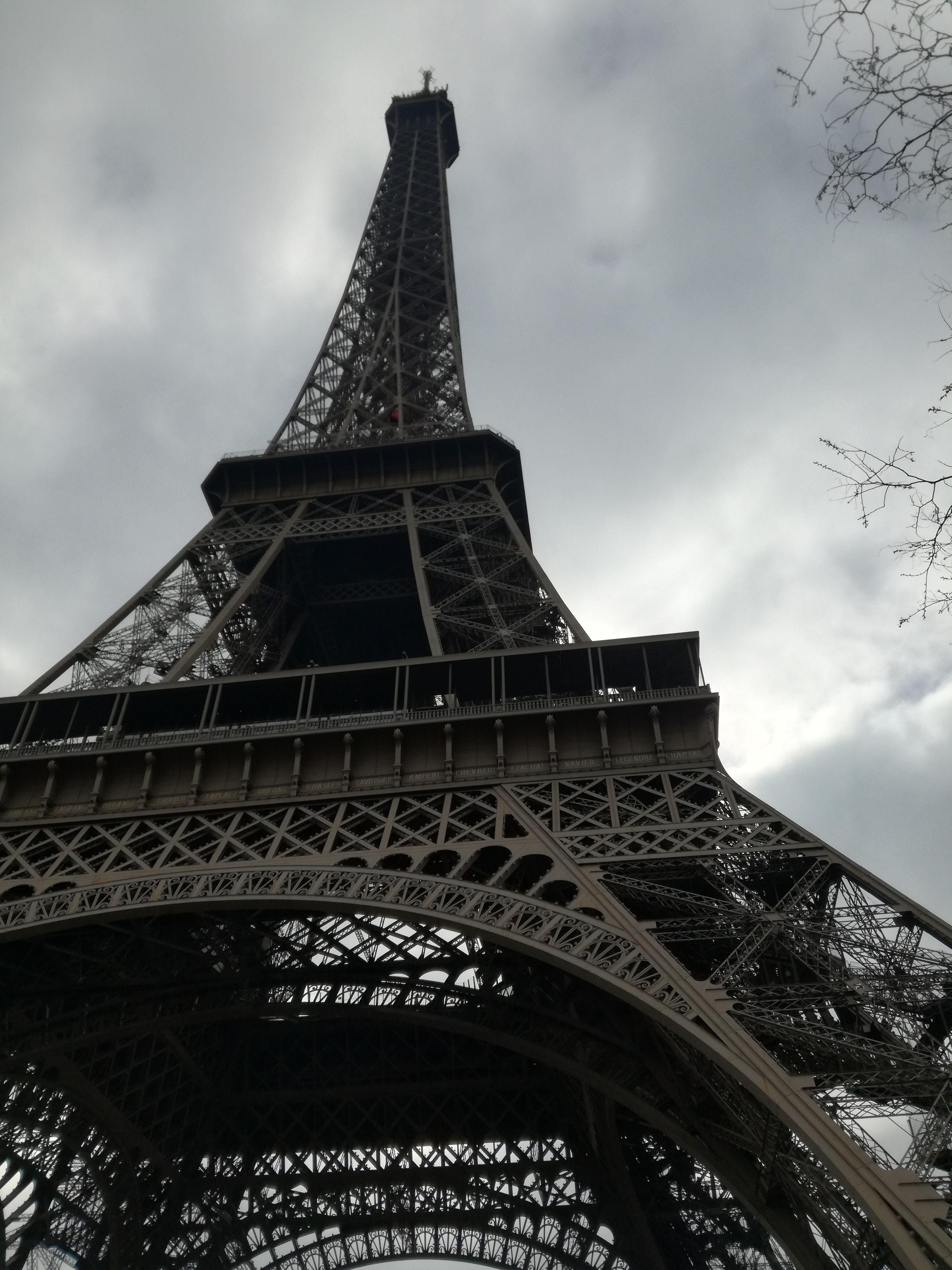 Der Eiffelturm Ist Ein 324 Meter Hoher Eisenfachwerkturm In Paris