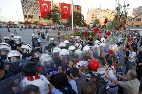 Protesters with flowers before police intervention in Taksim Sq. on Saturday evening.