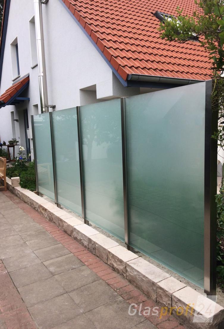 Der Glaszaun Densa mit satiniertem Glas bietet Sichtschutz