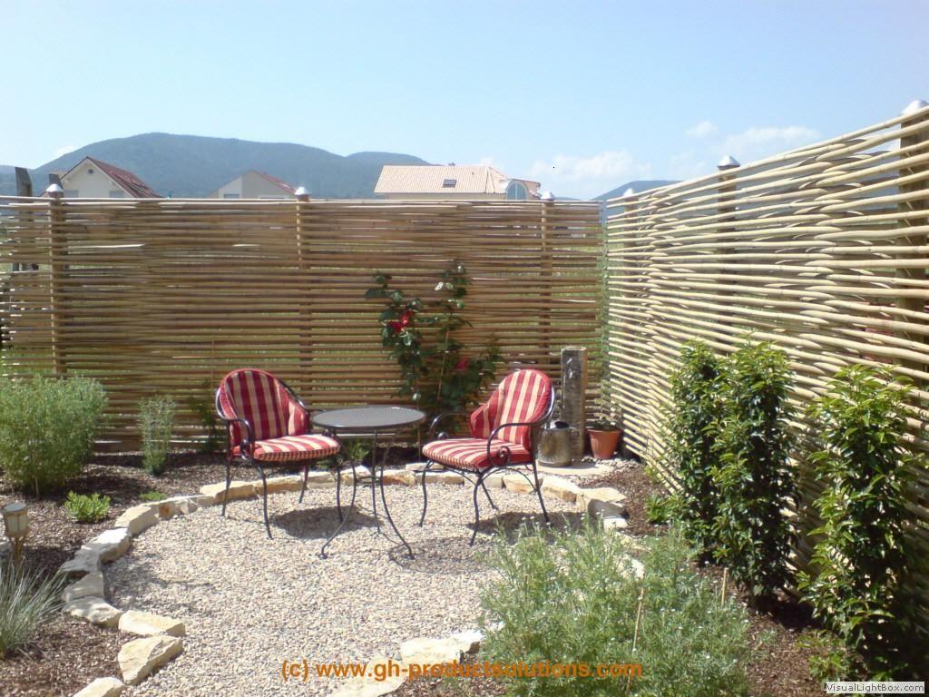 Sitzecke mit einem Sichtschutz aus Bambus Garten