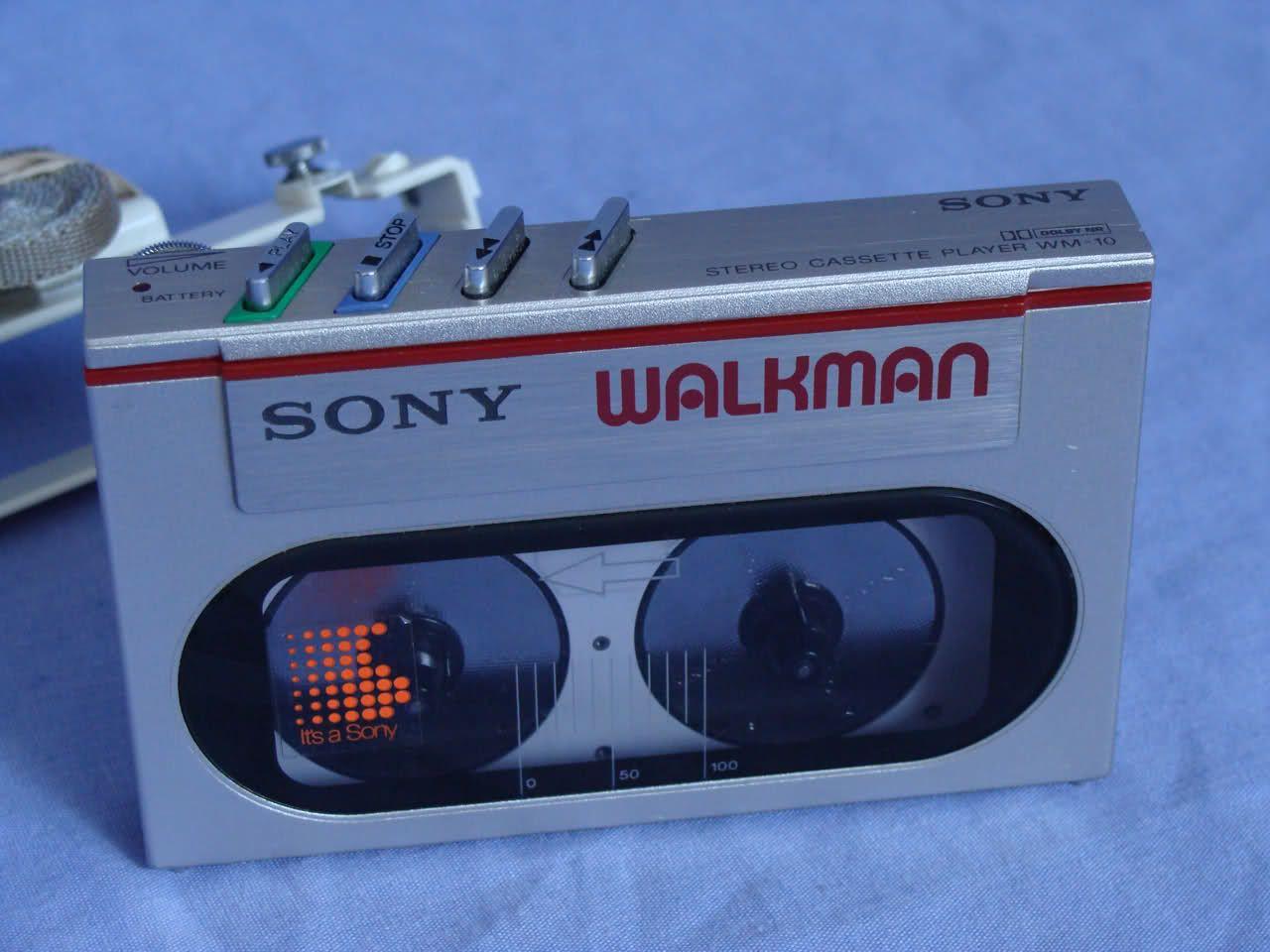 Sony Walkman WM-10. Es conocido por ser el magnetófono reproductor de cartuchos Compact Cassette más pequeño del mundo
