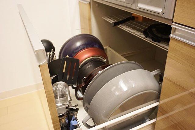 ガスレンジ下収納🔥 引き出し内を出して掃除したので📸 持っているお鍋はT-falとstaub(年季入ってて汚い🎞です) デッドスペースに100均の突っ張り棒とワイヤーネットで簡易の棚を作ってます。 ・ 手前は冷蔵庫の野菜立て用のプラ容器をマジックテープでくっ付けて固定。キッチンツールをざっくり収納しています。 調理中にサッと取り出せて楽ですー😁  Yummery - best recipes. Follow Us! #kitchentools #kitchen