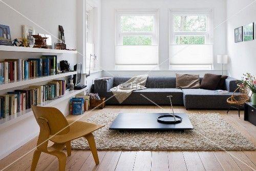niedriger bauhaus stuhl aus holz vor dunklem bodentisch auf flokatiartigem teppich und graues. Black Bedroom Furniture Sets. Home Design Ideas