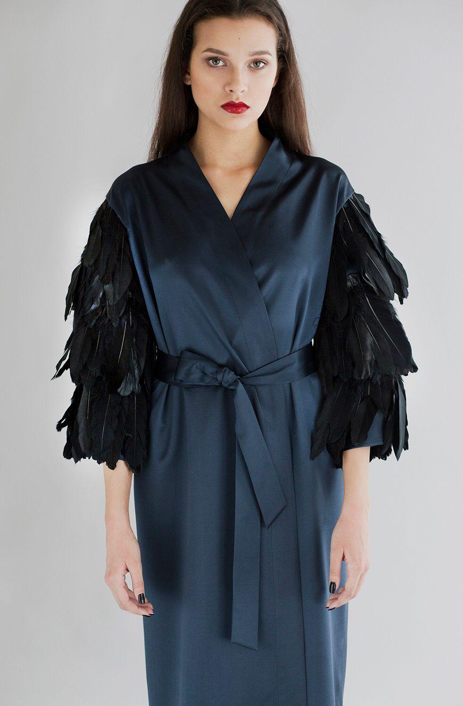 Платье-халат из шёлка с декоративным элементом из перьев на рукавах  EKATERINA SHISHKINA 2f24d45c729