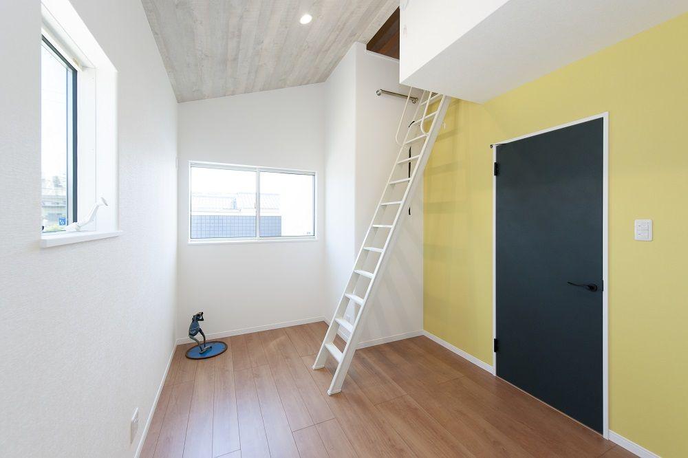 カジュアルな子供部屋 ロフト 黄色の壁紙 洋室 黄色の壁 注文住宅