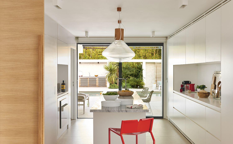 El mobiliario integral de la cocina es un diseño de Vincent Coste ...