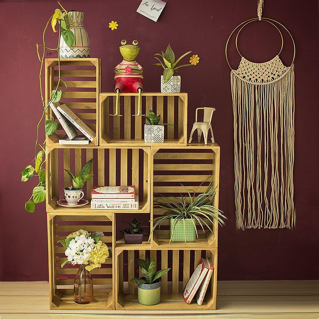 Photo of Stapeln Sie Holzkisten, um eine grüne Ecke des Gartenregals zu machen