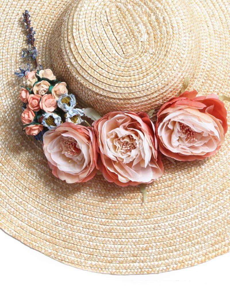 Pamela de rafia en tono natural crudo con flores en colores coral y azul.   tocados  pamelas 00fba0f69bb