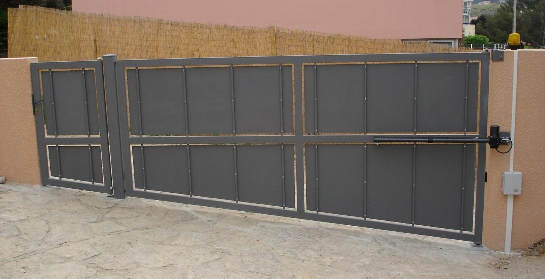 Portail coulissant terrain en pente fabulous prix du portail en pvc with portail coulissant for Portail pvc gris