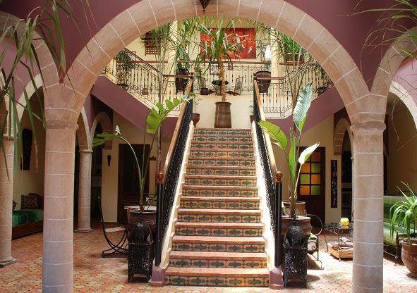 Patio arabo-andalou et rappelant l'architecture des patios d'Essaouira en pierre. (http://www.riadzahra.com)