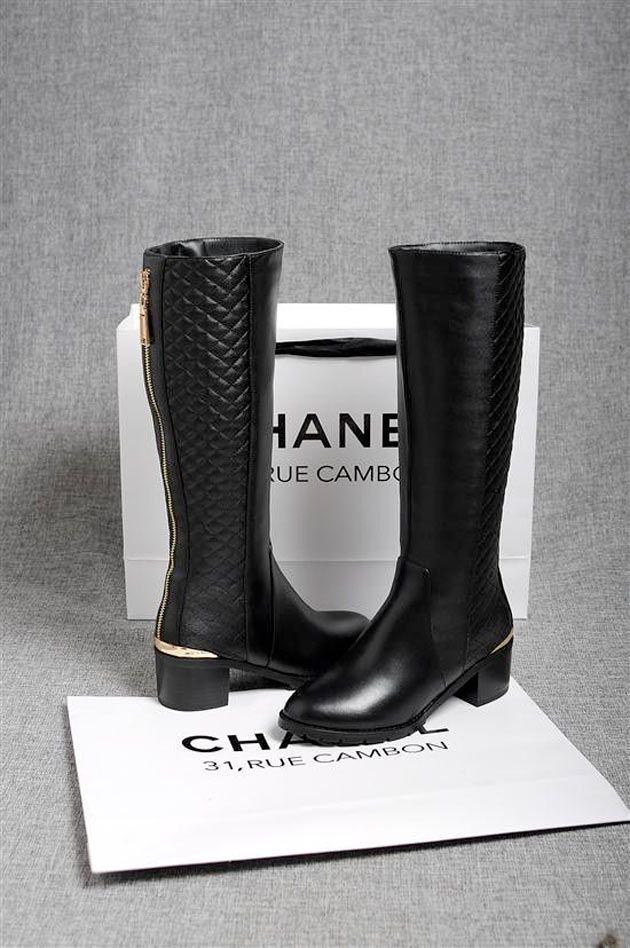 54ef39faa99 Para dias frios e charmosos de inverno a bota Chanel é uma excelente  escolha!