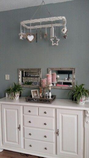 Kleine impressie van hoe een grenen dressoir mooi past in deze tijd. Na een hoop schuren en verven.